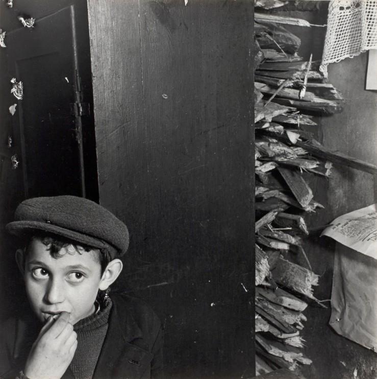 9a Мальчик с воспламенением в подвальном помещении, ул. Крохмальна, Варшава], ок. 1935-38.jpg